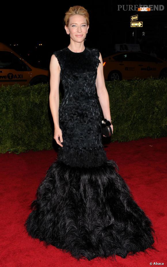Cate Blanchett aussi reste fidèle à sa marque fétiche, Alexander McQueen, avec une robe entièrement ajourée de plumes noires.