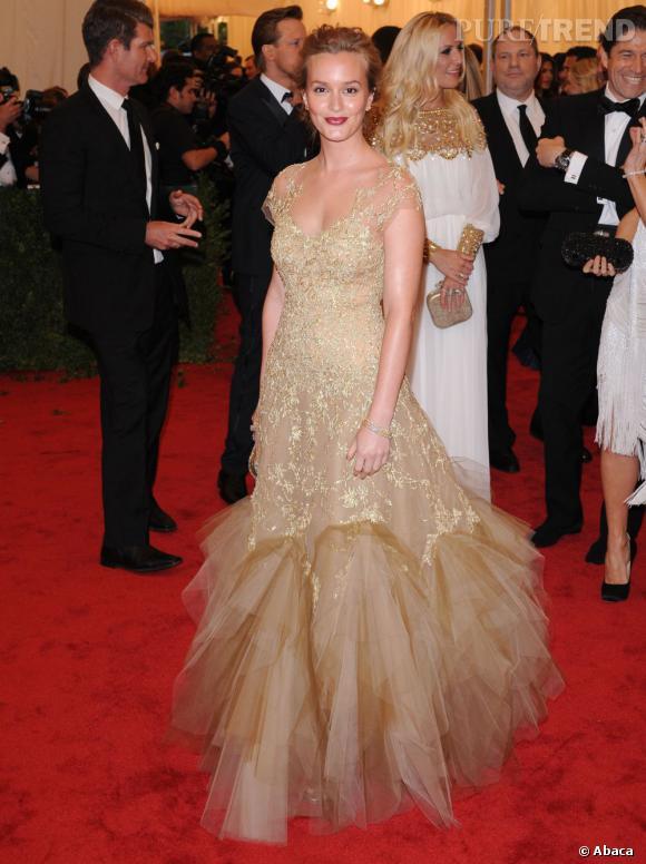 "Leighton Meester a opté pour une robe ""gold"" de chez Marchesa."