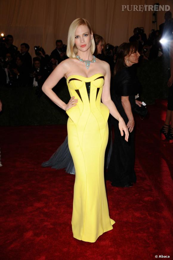 January Jones joue les pin-up futuriste en robe de sirène Atelier Versace jaune fluo.