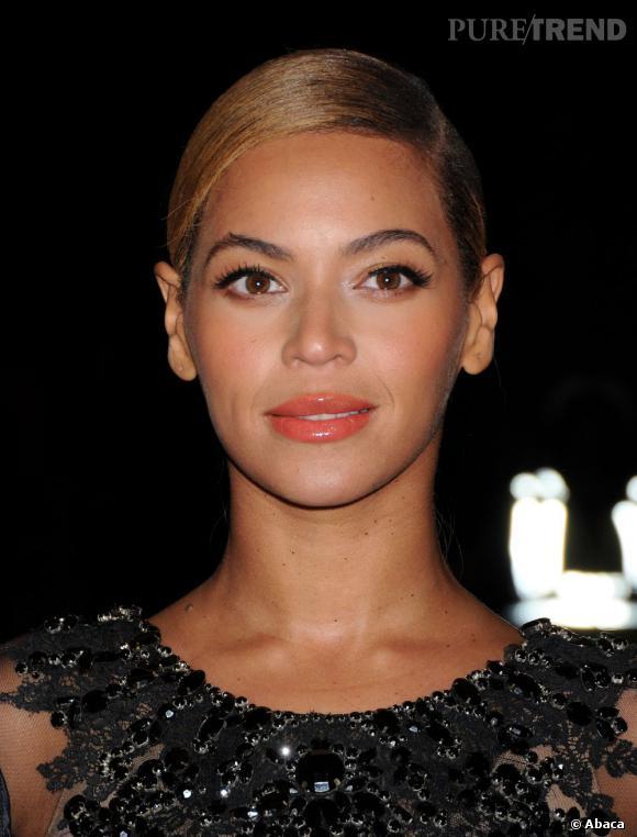 Beyoncé Knowles, jolies lèvres corail et teint uniforme. Chapeau !