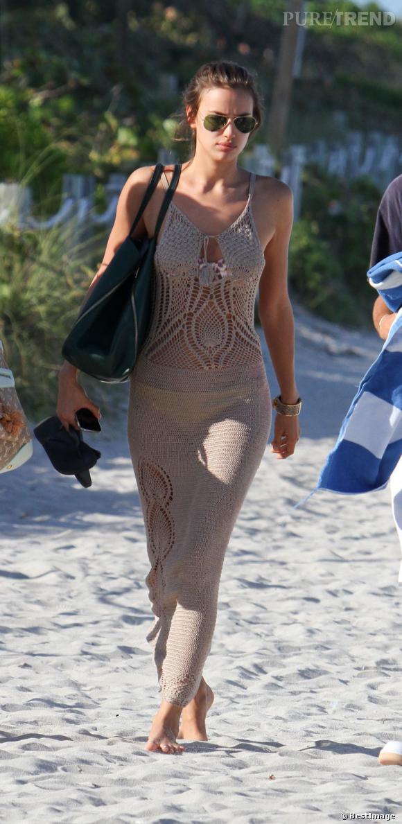 Irina Shayk passe ses vacances sur les plages de Miami. Agaçée par les photographes, elle se rhabille et quitte cet endroit paradisiaque.