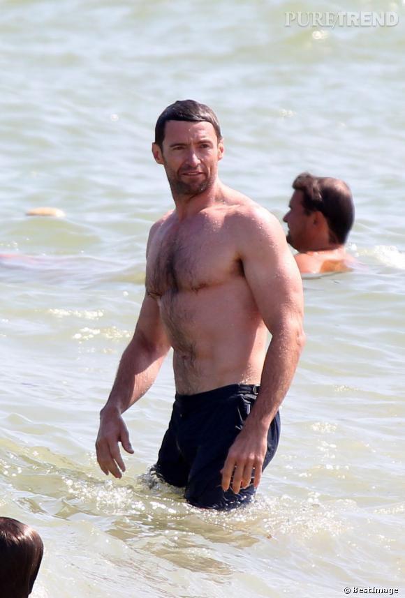 Hugh Jackman profite de son temps libre pour emmener toute sa petite famille sur la plage privée Club 55 à Saint-Tropez.