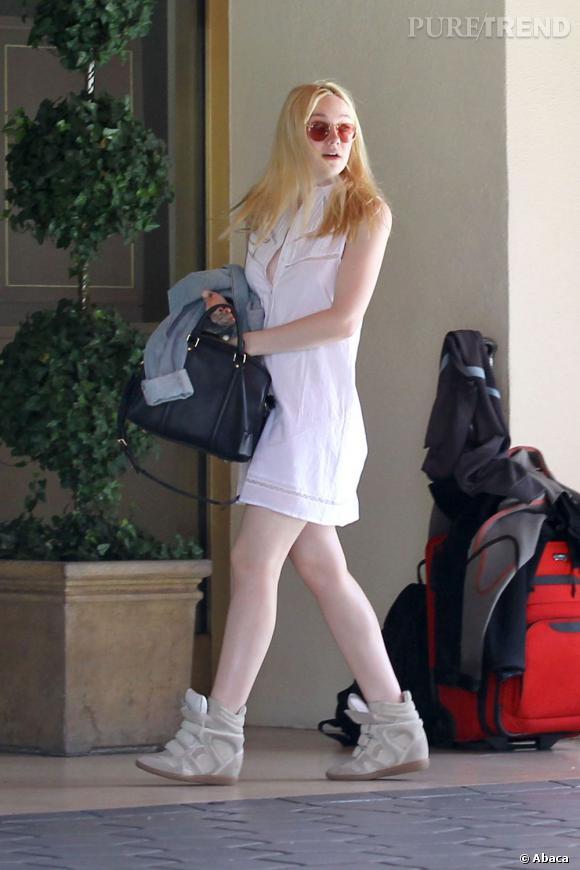 Dakota Fanning a choisi une robe ton sur ton avec sa peau de porcelaine