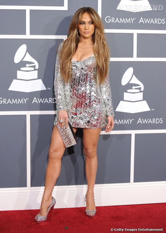 """Jennifer Lopez opte pour une robe Emilio Pucci effet """"bris de glace"""", elle a tout bon avec son total look."""