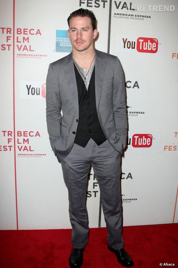 """L'acteur embourgeoise son style pour un côté dandy à la Première du film """"Earth Made of Glass"""" au Festival de Tribeca  en 2010 ."""