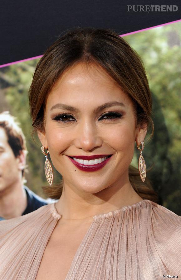 Jennifer Lopez mise sur le rouge à lèvres sombre lui-aussi.