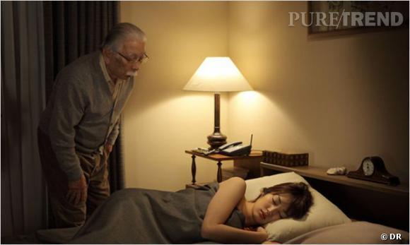 """Like Someone in Love      Le Synopsis :  Un vieil homme et une jeune femme se rencontrent à Tokyo. Elle ne sait rien de lui, lui croit la connaître. Il lui ouvre sa maison, elle lui propose son corps. Mais rien de ce qui se tisse entre eux en l'espace de vingt-quatre heures ne tient aux circonstances de leur rencontre.    Les acteurs :  Rin Takanashi, Tadashi Okuno.     Le réalisateur :  Abbas Kiarostami qui a aussi réalisé """"Copie Conforme"""" ou """"Shirin"""".     Sortie :  prochainement."""