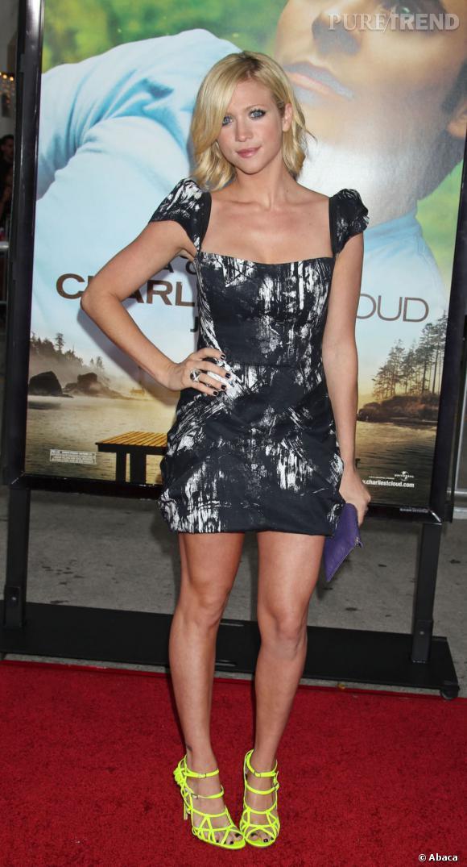 Brittany Snow illumine sa petite robe sombre avec une paire de sandales jaune Jimmy Choo.