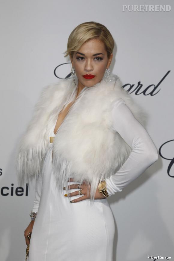 Rita Ora s'est imposée comme la louve blanche de la soirée Chopard. Sa robe fluide et sa fourrure immaculée on fait sensation.