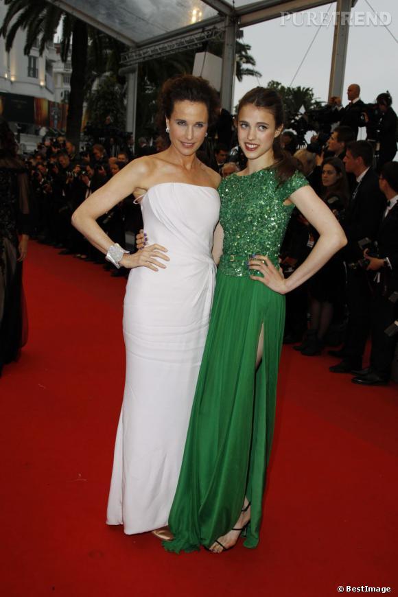 """Andie MacDowell et sa fille Sarah Margaret Qualley lors de la montée des marches pour le film """"Thérèse Desqueyroux"""" le 27 mai."""