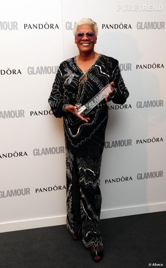 Dionne Warwick, en robe noire et argentée.
