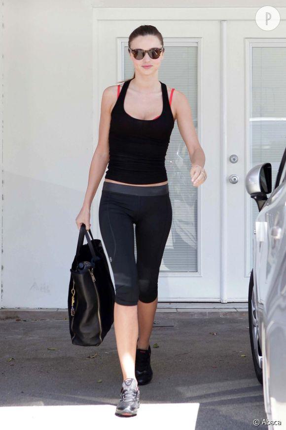 """Dans la famille """"sportives"""", Miranda Kerr est du genre jolie liane qui souhaite à la fois se détendre et se tonifier. Son sport : le yoga qu'elle pratique depuis plusieurs années."""