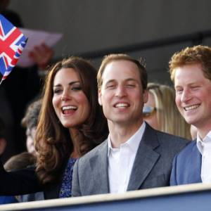Parmi les spectateurs la Princesse Beatrice, Harry et William et Kate Middleton qui joue les cheerleaders avec son Union Jack.
