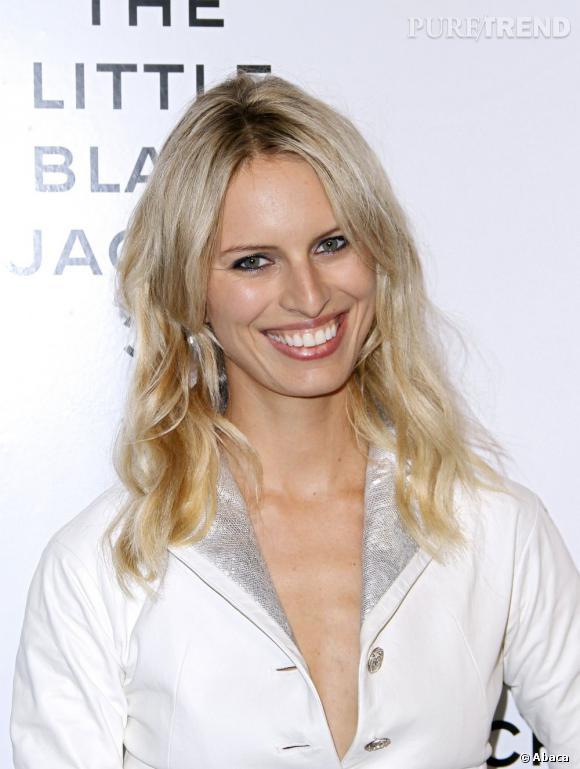 """Karolina Kurkova se rend à l'exposition """"La petite veste noire de Chanel""""... en total look blanc !"""