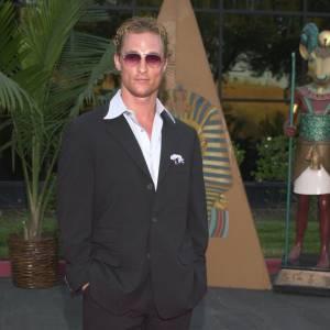2000 : Matthew McConaughey ose le look mafieux : costard, cheveux gominés et lunettes verres fumés. Ce n'est franchement pas une réussite.