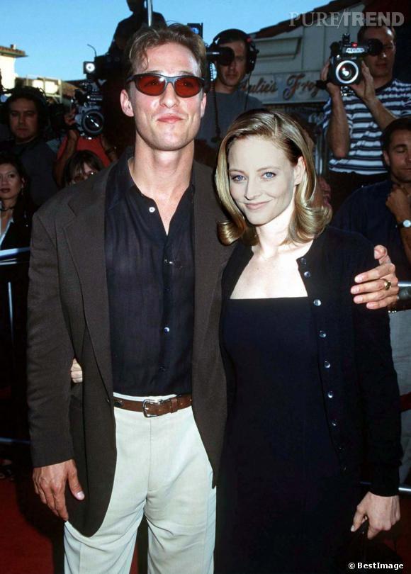 """1997 : Matthew McConaughey et Jodie Foster pour la première du film """"Contact"""". On ne peut pas dire que l'acteur partait sur des chapeaux de roues niveau look."""