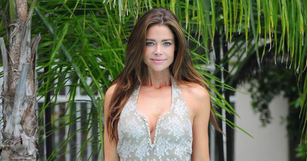 denise richards mise sur un maillot une pi ce tr s chancr pour affiner ses cuisses. Black Bedroom Furniture Sets. Home Design Ideas