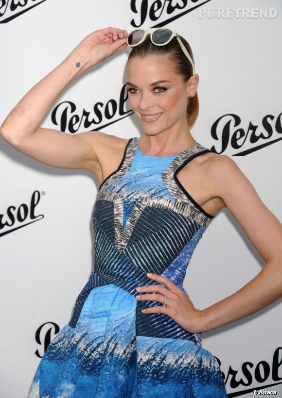 L'actrice craque elle aussi pour l'imprimé grand bleu du duo de créateurs.