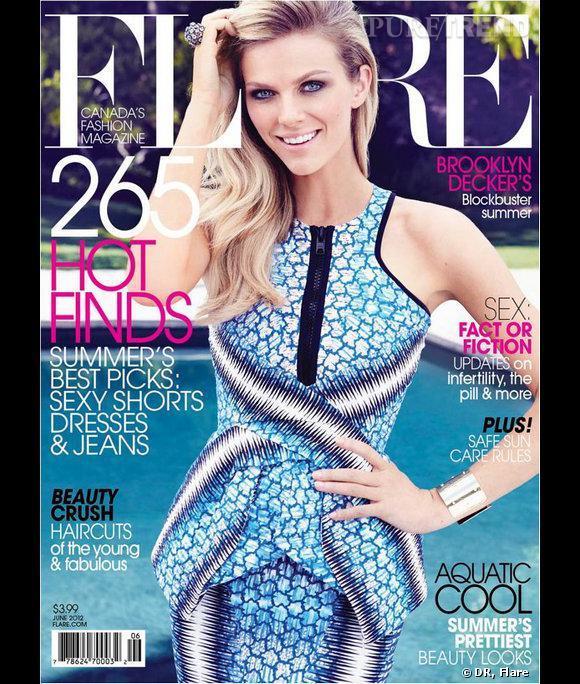 Brooklyn Decker affiche le bleu estival en couverture du numéro de Flare de juin 2012.