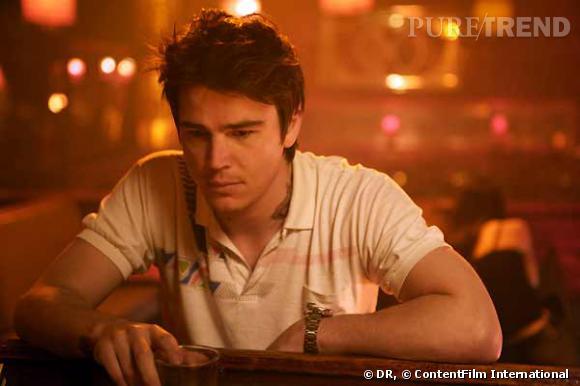 """Dans le film """"August"""", l'acteur arbore une couronne dans le cou, une oeuvre de Scott Campbell."""