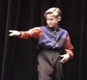 Deux ans avant d'entrer au Mickey Mouse Club, Ryan Gosling faisait déjà des concours de talents... et enflammait la scène !