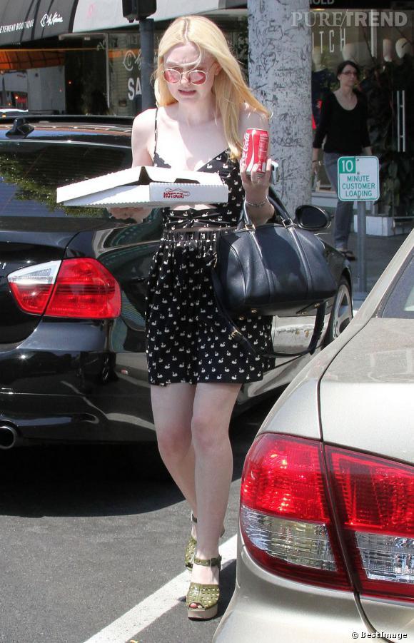 Elle complète sa tenue avec une it bag Sofia Coppola pour Louis Vuitton.