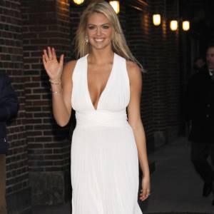 Kate Upton sans soutien-gorge dans une petite robe qui nous rappelle celle de Marilyn Monroe.
