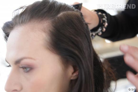Pour des cheveux doux et brillants, on applique d'abord de la Mythic Oil. Ils seront plus facile à travailler. On les coiffe vers l'arrière.