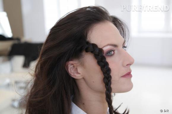 On attache de nouveau la tresse avec une pince plate. Puis, on coiffe les cheveux vers l'arrière. On les floutte et on leur donne un peu de volume avec une laque Elnett par exemple.