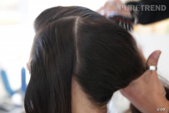 On trace un rectangle de cheveux au dessus de l'oreille jusqu'à la pointe du sourcil. Pour travailler cette zone, on dégage la masse vers l'arrière pour ne pas qu'elle nous encombre.