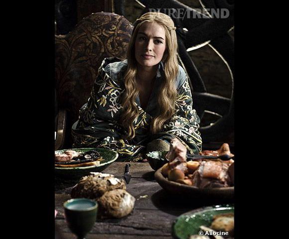 """Teint diaphane et chevelure blonde, Cersei Lannister (Lena Headey) est l'incarnation de la beauté au Moyen-Âge. En revanche, une reine se devait d'arborer les cheveux attachés. Un mauvais point pour le coiffeur de """"Game of Thrones""""."""