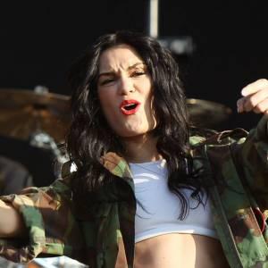 Jessie J mêle la brassière, le short en jean et la veste militaire : trop de tendances tuent la tendance ?