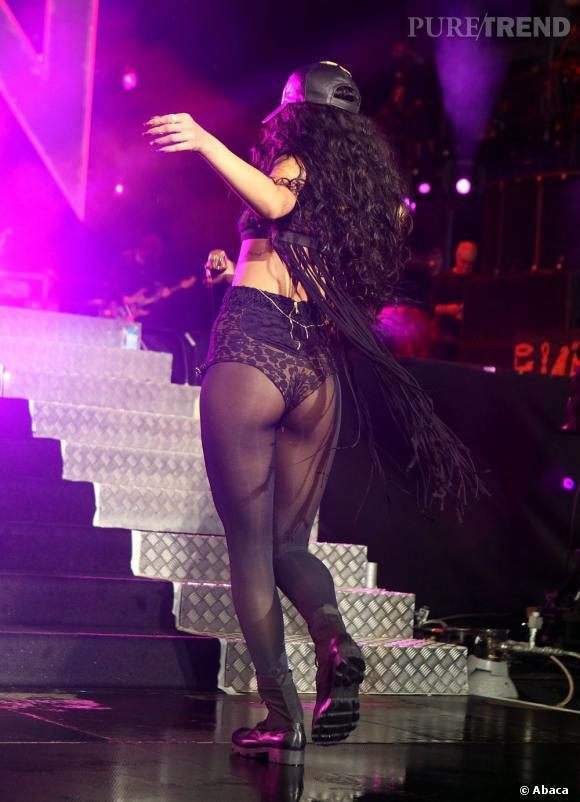 Par un subtil tour sur elle-même, Rihanna dévoile ses fesses, moulées dans une culotte-short imprimée