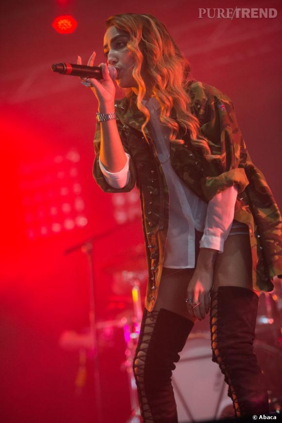 La chanteuse Delilah associe chemise blanche chic et veste militaire