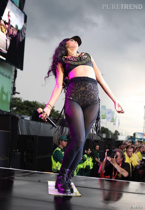 Faisant tomber la veste, Rihanna danse et se déhanche, prenant l'air de rien la pose