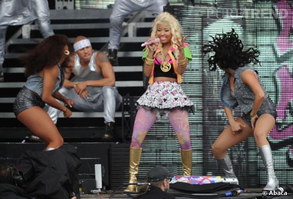 Une tenue très colorée choisit exprès pour qu'elle ressorte au milieu de ses danseurs