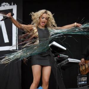 Moulée dans une robe courte, la chanteuse fait voler les longs filaments multicolores qui décorent sa tenue