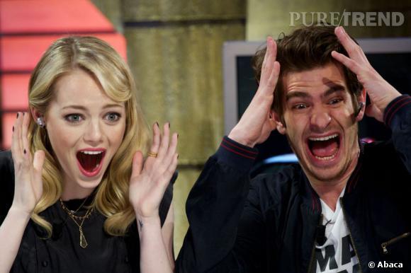 Emma Stone et Andrew Garfield, invités sur un plateau de télévision espagnol, regardent des vidéos humouristiques...