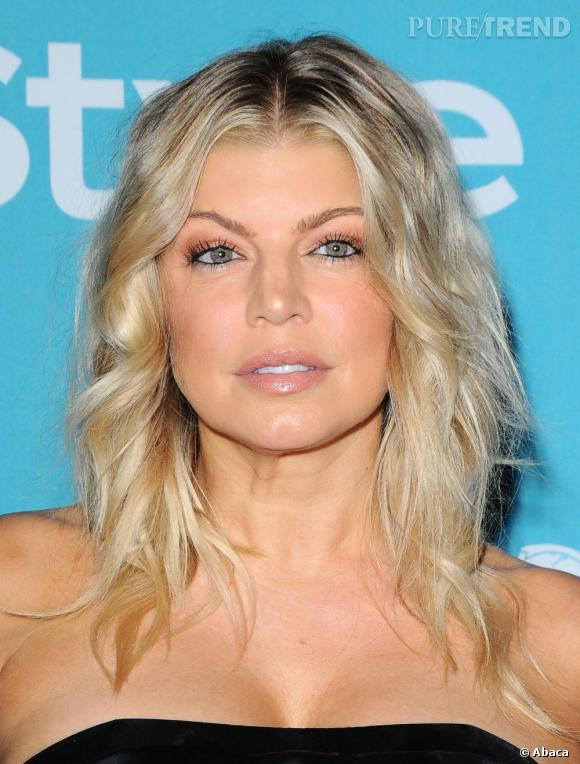 Fergie sublime son visage avec cette coiffure naturelle.
