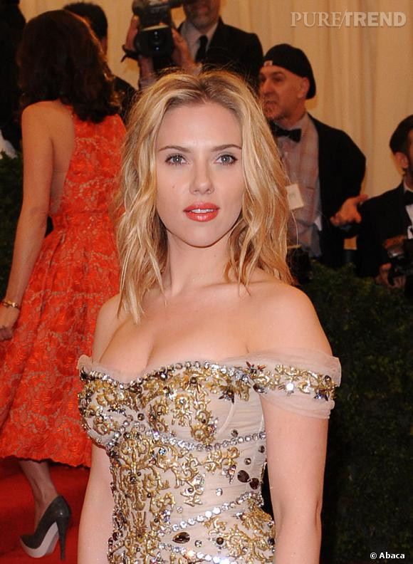 Scarlett Johansson dédramatise sa robe ultra-sexy grâce à sa coiffure effet sortie de plage.
