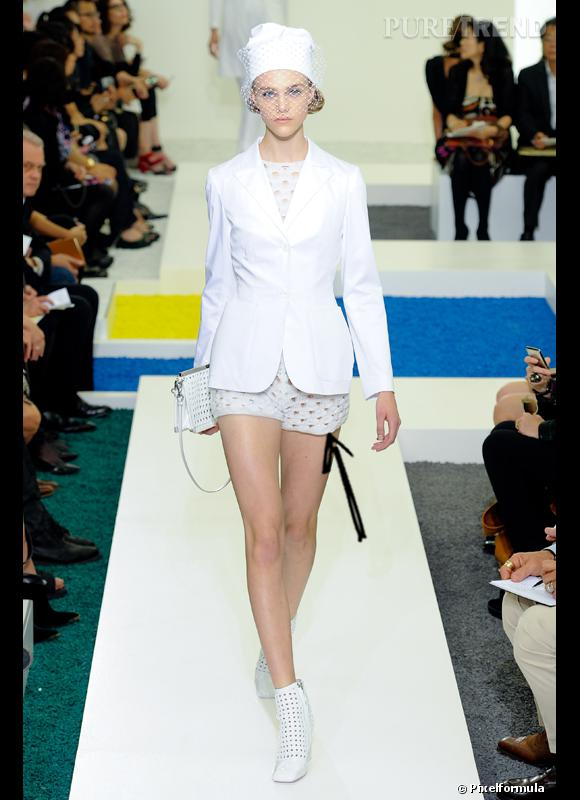 Comment porter le short cet été ?       Comme chez Jil Sander on adopte le combi-short blanc.     Défilé Printemps-Eté 2012