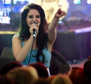 Lana Del Rey : alcool et cigarette sur scène, elle soigne son image rock