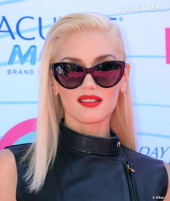 Gwen Stefani se la joue femme fatale avec ses cheveux blonds et sa bouche rouge. Sa coiffure lisse et parfaitement maitrisée nous donne envie d'adopter la raie sur le côté.