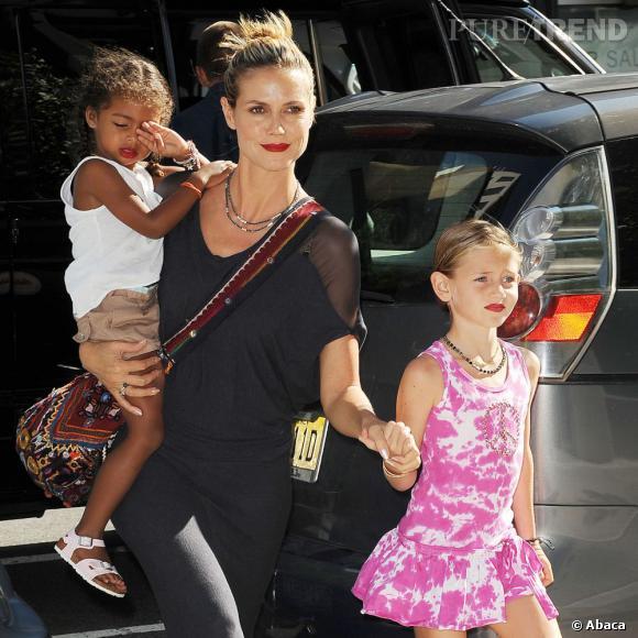 Les petites Leni et Lou imitent leur maman en portant, elles-aussi, un lipstick rouge.