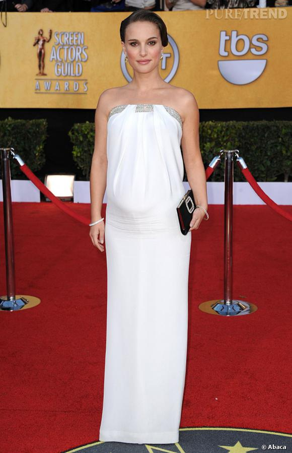 Natalie Portman, enceinte dans une robe blanche, est virginale.