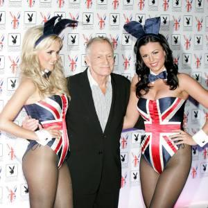 Hugh Hefner met lui aussi ses playmates à l'heure anglaise.