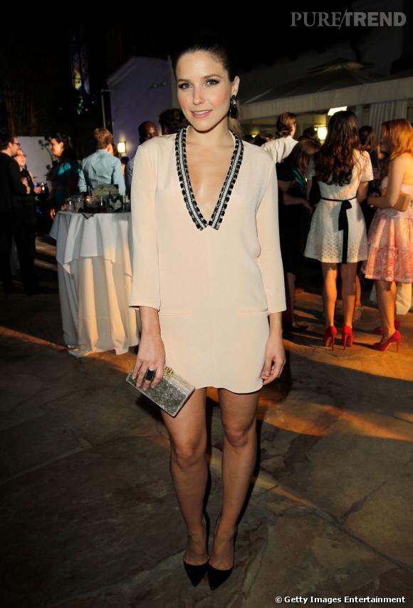 Magnifique dans une robe crème au décolleté brodé, l'actrice a su miser sur un look simple mais terriblement tendance