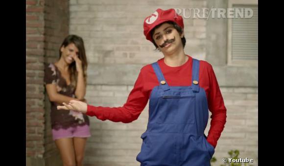 """Penelope Cruz se déguise pour vendre le jeu """"Super Mario Bros"""" sur Nintendo DS"""