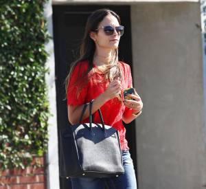 En complétant sa tenue d'un it-bag Hermès et d'une paire de lunettes rétro, elle confirme son joli sens du style.