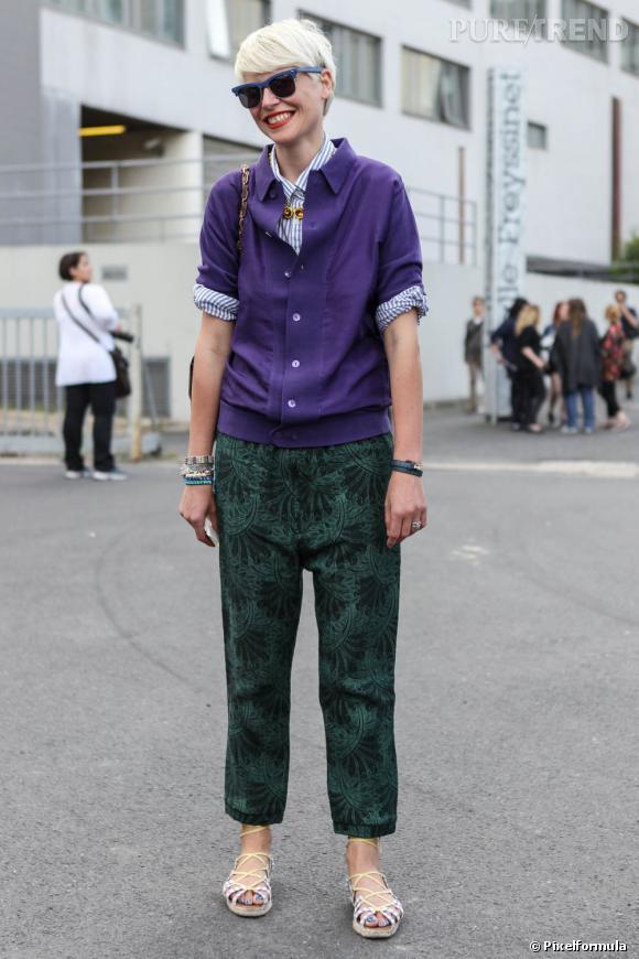 6 : on mixe les couleurs        Comme la styliste Elisa Nalin, on impulse des couleurs vives dans son dressing quotidien, comme ici avec un pantalon vert porté avec une chemise violette.